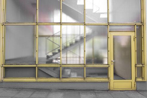 Germany, Berlin, entrance door of multi-family house at Hansaviertel - CMF000451