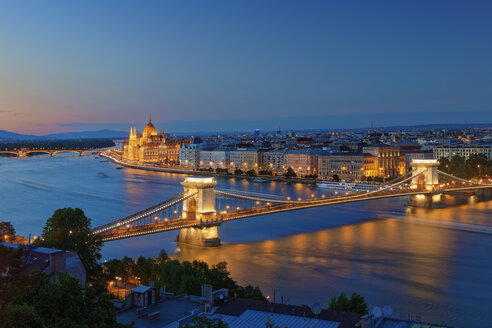 Hungary, Budapest, View to Pest with parliament building, Chain bridge and Danube river in the evening - GFF000599
