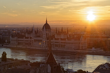 Hungary, Budapest, Danube river and Parliament Building at sunset - GFF000605