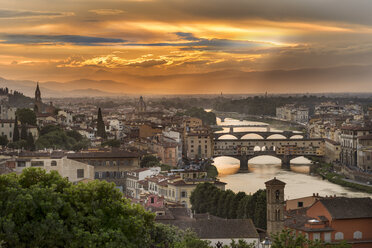 Italy, Tuscany, Florence, Historic old town with Arno river and Ponte Vecchio at sunset - CSTF001087