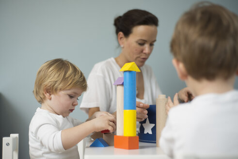 Mother and sons playing with building bricks - LFOF000236