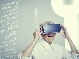 Senior woman wearing Virtual Reality Glasses - DISF002497