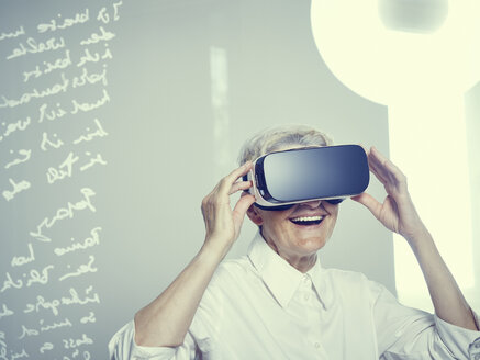 Senior woman wearing Virtual Reality Glasses - DISF002497