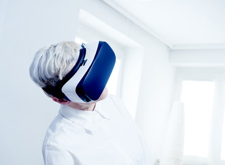 Senior woman wearing Virtual Reality Glasses - DISF002500