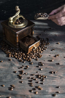 Grinding coffee with vintage coffee mill - DEGF000805