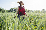 Woman standing in a field - GIOF001150