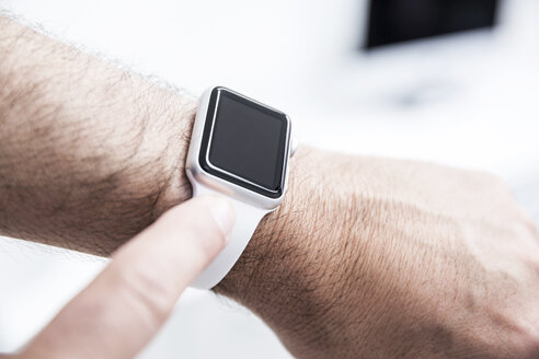 Man wearing smart watch - FMKF002627