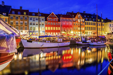 Denmark, Copenhagen, view of historic boats and row of houses at Nyhavn in the evening - PUF000526
