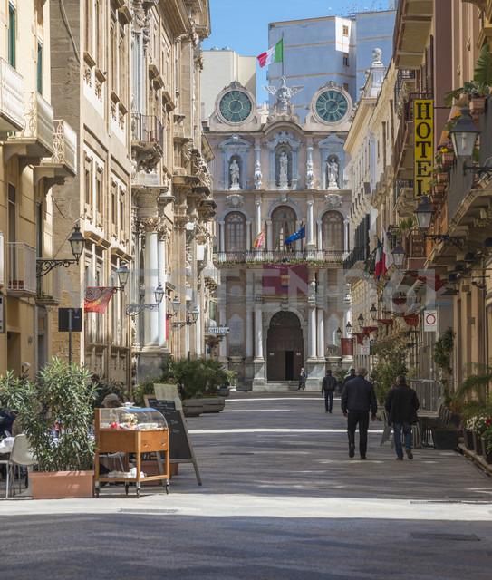 Italy, Sicily, Trapani, Corso Vittorio Emanuele, townhall, Palazzo Senatorio in the background - HWOF000098 - HWO/Westend61