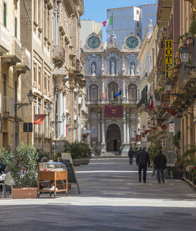 Italy, Sicily, Trapani, Corso Vittorio Emanuele, townhall, Palazzo Senatorio in the background - HWOF000098