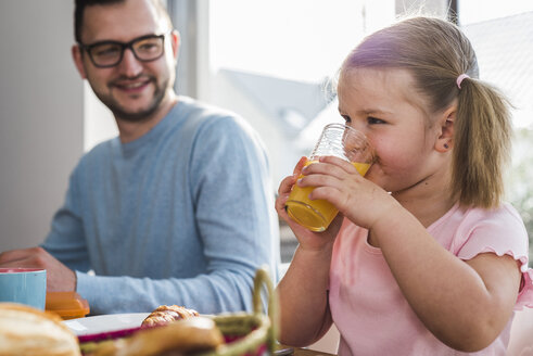 Father and daughter having breakfast together - UUF007437