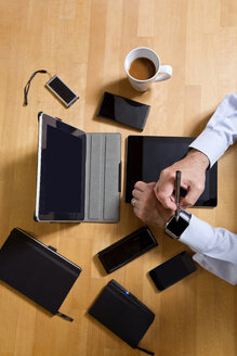 Overhead view of businessman using technology - MAEF011749