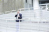 Businessman on the phone outdoors - MAEF011782