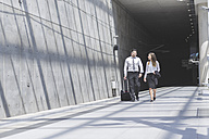Businessman and businesswoman on the move - MADF000900