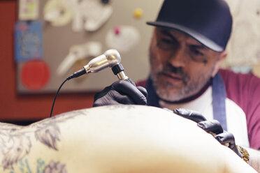 Tattoo artist tattooing a woman - XCF000093