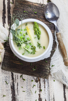 Cream of white asparagus soup garnished with white and green asparagus spears, pea shots and chives - SBDF002935