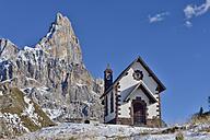 Italy, Trentino, Dolomites, Passo Rolle, small church in front of mountain peak of Cimon della Pala - RUEF001716