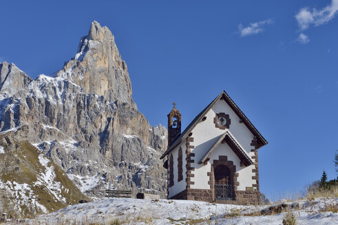 Italy, Trentino, Dolomites, Passo Rolle, small church in front of mountain peak of Cimon della Pala - RUEF001716