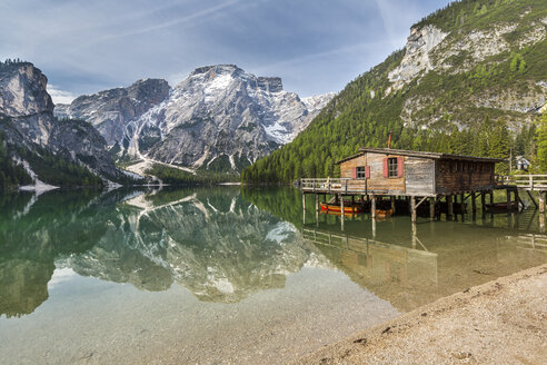 Italy, South Tyrol, Dolomites, Fanes-Sennes-Prags Nature Park, Lake Prags with Seekofel, boathouse - STSF001014