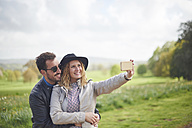 Happy couple taking selfie with smartphone - JCF000045