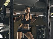 Female athlete training with barbell - MADF000962