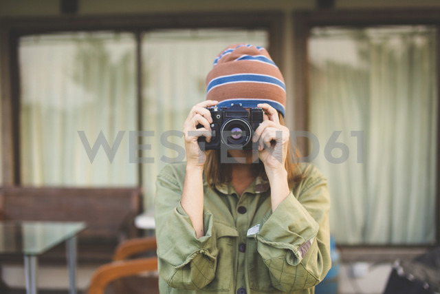 Woman using vintage camera - KNTF000333