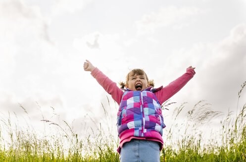 Little girl screaming out loud in nature - MGOF001946