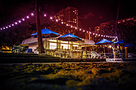 USA, Hawaii, Oahu, Waikiki Beach, snack house at night - NG000351