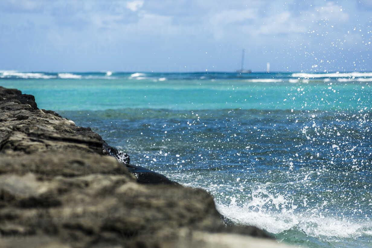 USA, Hawaii, Oahu, wave at Waikiki Beach - NGF000354 - Nadine Ginzel/Westend61