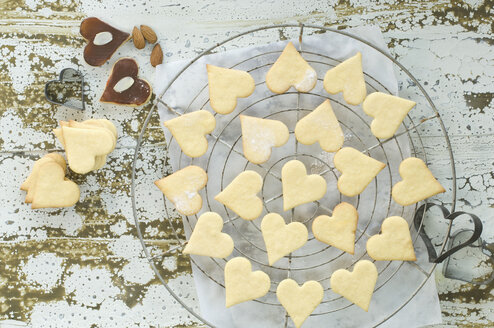 Heart-shaped Christmas cookies on baking grid - ASF005896
