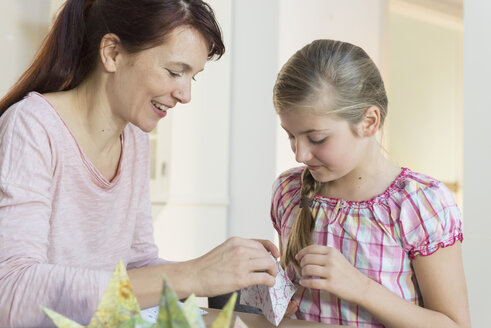 Mother and daughter tinkering - NHF001489
