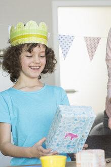 Happy girl holding birthday present - NHF001498