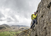 England, Cumbria, Lake District, Langdale, Raven Crag, Middlefell Buttress, climber - ALRF000541