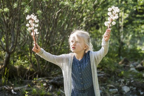 Blond little girl holding umbels in her hands - TCF004980