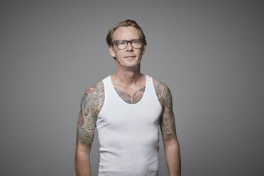 Portrait of tattooed man wearing vest - RHF001614