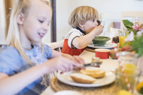 Boy and girl having breakfast - MJF001834