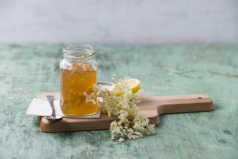 Glass of elderflower jelly - MYF001534
