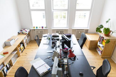 Workspace in empty office - FKF001837