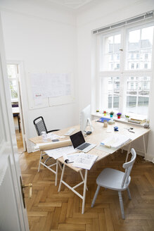 Workspace in empty office - FKF001843