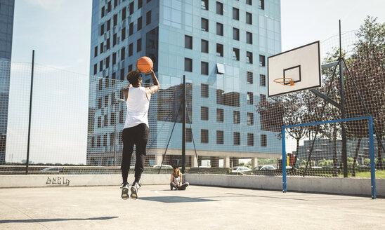 Young man aiming at basketball hoop - DAPF000150