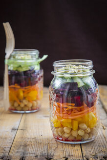 Two glasses of rainbow salad with chick-peas and different vegetables - LVF004970