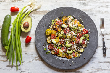 Courgette salad with avocado, lentils, spring onions and cheese - SARF002785