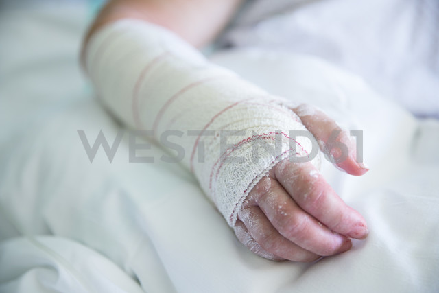 Woman in the hospital, operated hand - ERLF000177 - Enrique Ramos/Westend61