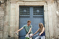 Spain, Barcelona, laughing couple with bicycles - VABF000591