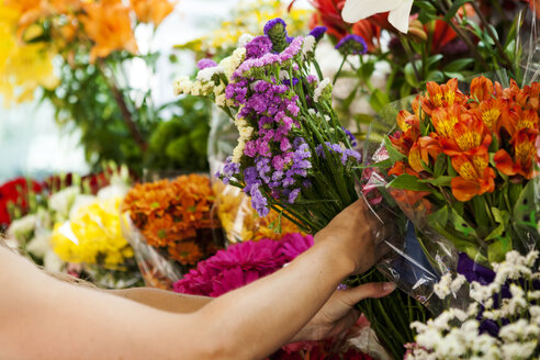 Woman purchasing flowers on market, partial view - VABF000600