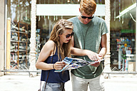 Couple looking at city map - VABF000615