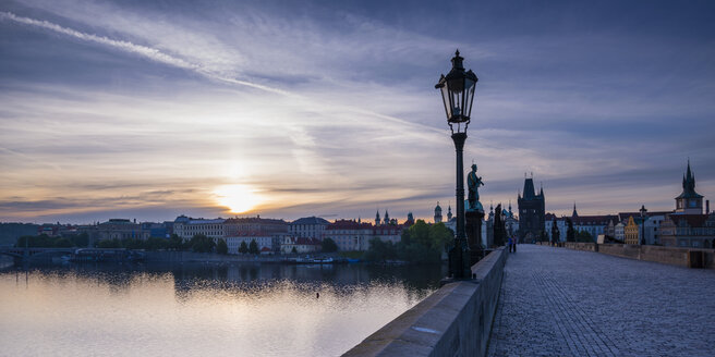 Czechia, Prague, Old town, view to Charles Bridge and Old Town Bridge Tower at sunset - WGF000884