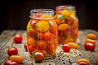 Two glasses of pickled tomatoes - LVF005000
