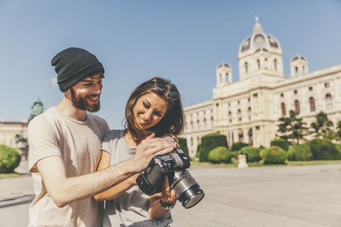 Young couple with camera in Vienna - AIF000333