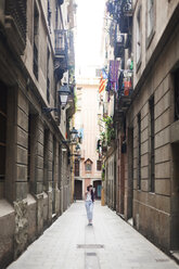Young tourist discovering streets of Barcelona - VABF000633